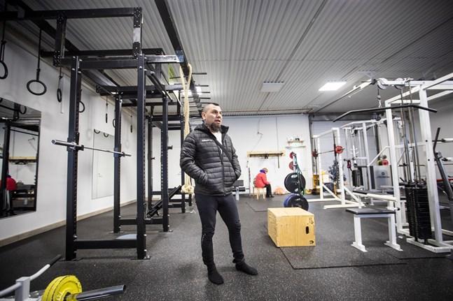 William Rönn har haft ett gym på Fågelberget sedan i somras. Nu flyttar det tillbaka till Smedsby centrum.