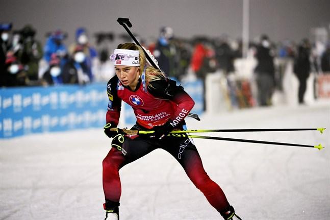 Norskan Tiril Eckhoff vann fredagens sprint trots att hon hade en bom.