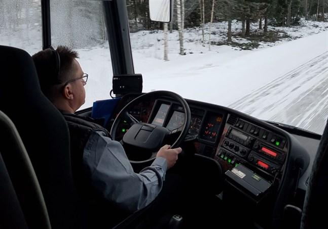 Peter Norrgård har kört skolbarnen i många år. Det gör han även i fortsättningen.