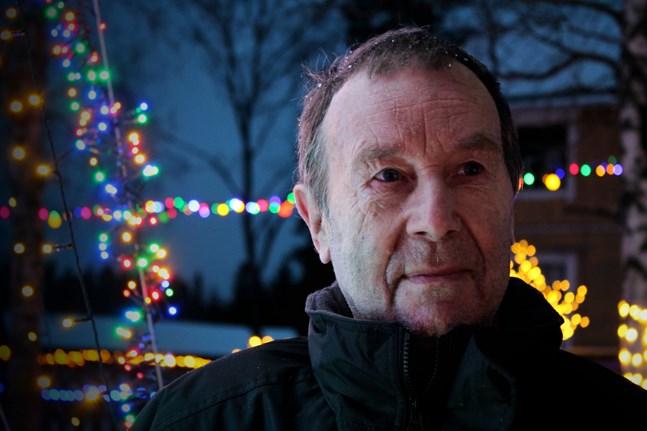 Lasse Snickars i Norra Vallgrund vill gärna öka mängden lampor från år till år.