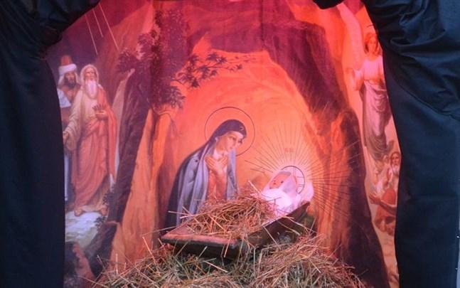 Julens budskap sprids i år via nya kanaler. Denna krubba ställdes upp vid finska församlingshemmet i Kristinestad till sjöstadens julgårdar.