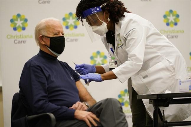 Sjuksköterskan Tabe Mase ger USA:s tillträdande president Joe Biden covidvaccinet.
