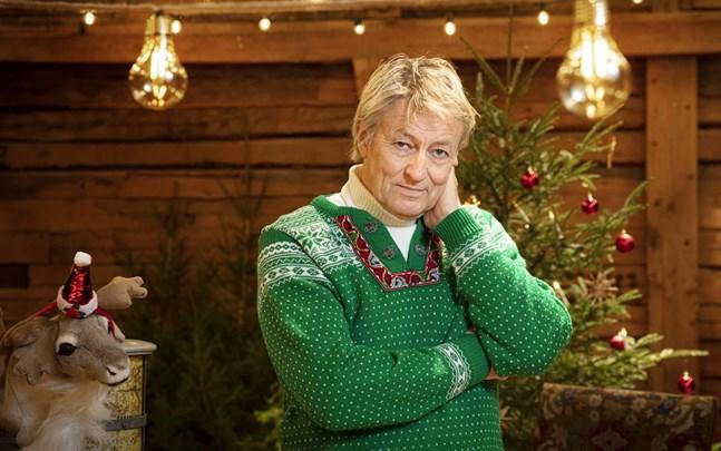 """Lars Lerin hade aldrig tänkt tanken på att vara julvärd, innan SVT frågade. """"Jag tycker att det är synd att säga nej om nu SVT tycker att de har den tilliten till mig, man lever bara en gång och det är spännande att utmana sig själv"""", säger han."""