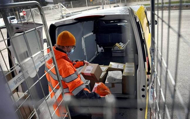 Reserestriktionerna mellan Finland och Storbritannien orsakar fördröjningar i postleveranser mellan länderna, meddelar Posten.
