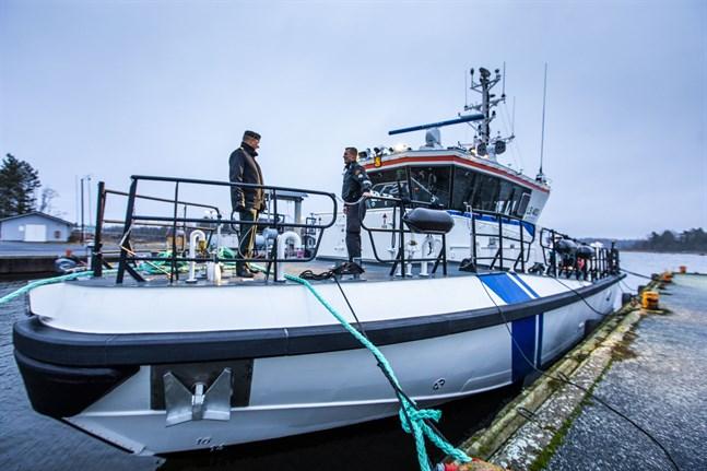 Martin Saarinen och Michael Nordlund visar stolt upp fartygstypen som de blir de första att prova. Lite senare kommer ett likadant åtminstone till Uleåborg och Björneborg.
