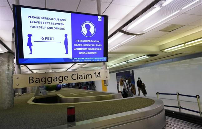 Resenärer uppmanas att hålla avstånd på Denvers flygplats. Arkivbild.