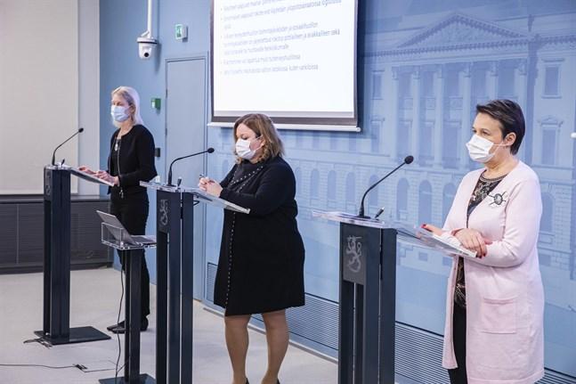 Från vänster: Marjo-Riitta Helle, sektionschef vid läkemedelsmyndigheten Fimea, familje- och omsorgsminister Krista Kiuru (SDP) och Kirsi Varhila, kanslichef vid Social- och hälsovårdsministeriet, hoppas att vaccineringen ska kunna skalas upp så fort som möjligt.