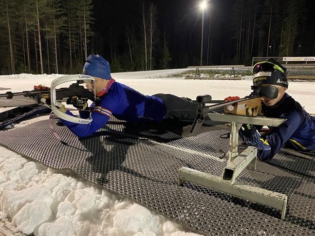 William Rönn, till vänster, och Hannes Bengs är två skidskyttar från Kraft som satsar hårt. De har redan många FM-medaljer på sitt konto.