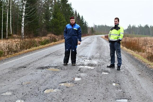 Några dagar före julafton i fjol besökte Sydin Bodbackavägen i Övermark, och Peter Vesterlund och Carl-Johan Malm visade upp den skadade beläggningen. Nu ska vägavsnittet få ny beläggning.