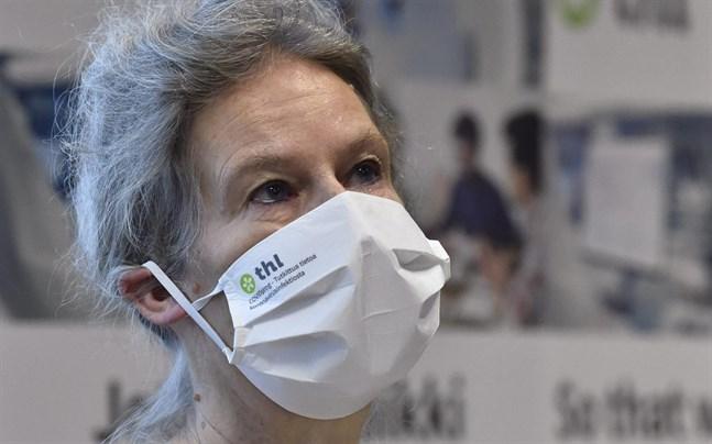 Hanna Nohynek, överläkare vid Institutet för hälsa och välfärd, säger att det kan dröja till sommaren innan alla som räknas till riskgrupperna har fått vaccin mot covid-19.
