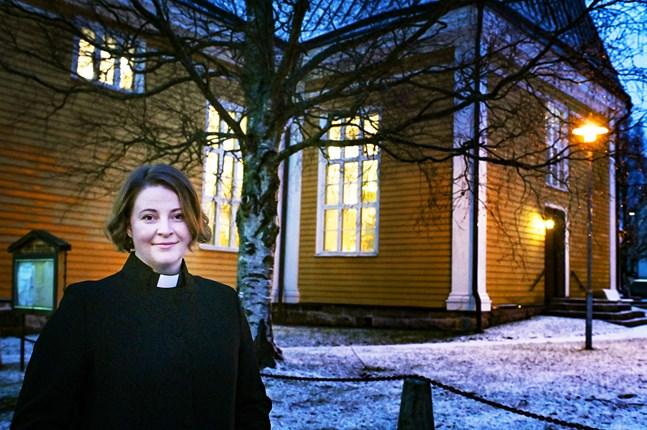 Kyrkoherde Mia Anderssén-Löf tilltalas av tanken om att kyrkorna hålls upplysta som en markering för värden som solidaritet och kärlek.