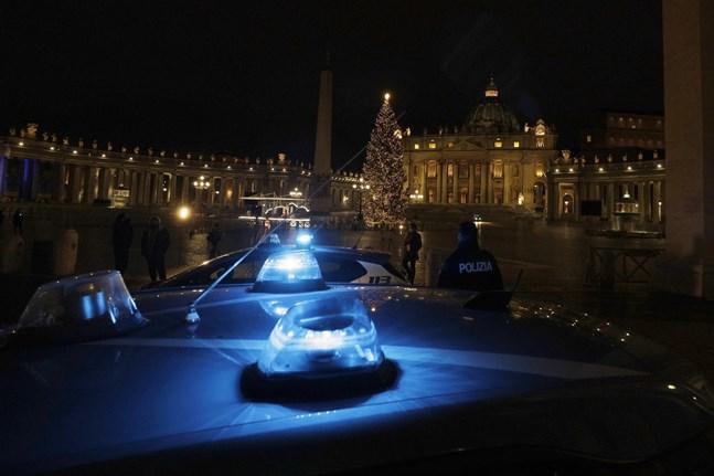 Polisbilar patrullerar Petersplatsen i Rom under julen för att få folk att följa restriktionerna.