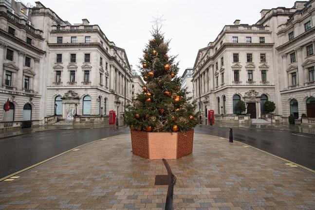 Gatorna i Storbritanniens huvudstad London ekar tomma. Bild från i måndags.