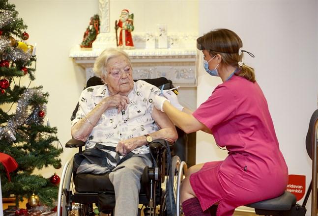 Sjuksköterskan Ann-Louise Broberg på Bokens vårdboende i Mjölby vaccinerar Gun-Britt Johnsson.