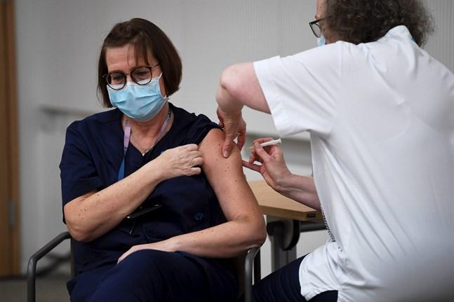 Sjuksköterskan Eija Koponen får vaccin mot covid-19 vid Helsingfors universitetssjukhus.