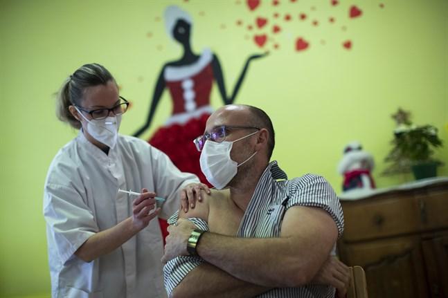 En sjuksköterska ger vaccinspruta i Mons, Belgien.