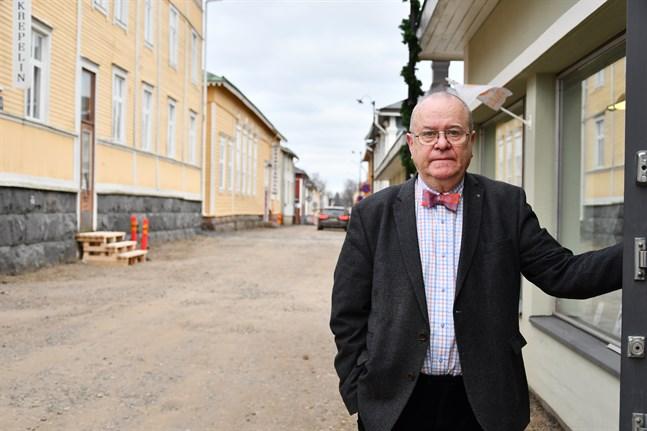 Köpman Lasse Vilkevuori vill ha asfalt i stället för nubbsten på Östra Långgatan.