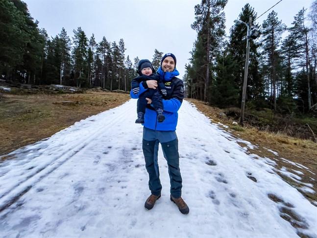 Martin Norrgård tillsammans med sonen Aston. Norrgård blev finska landslagets servicechef i somras.