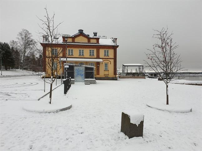 Vasa stad planerar bygga en servicebyggnad med toaletter och förråd intill gamla tullhuset från 1875.