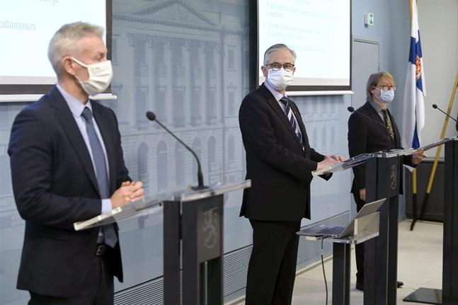Överläkare Taneli Puumalainen, forskningsprofessor Hannu Kiviranta och professor Olli Vapalahti kommenterade coronaläget på en presskonferens på tisdagen.