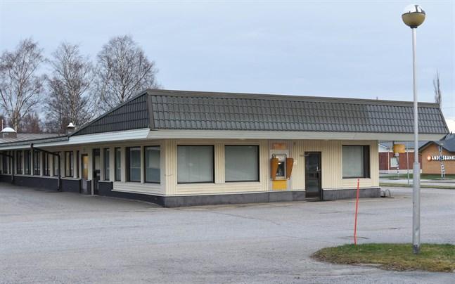 Tre inbrottstjuvar åkte fast i samband med ett inbrottsförsök via taket ovanför bankomaten i Korsnäs, men de fälls inte för just det brottet.