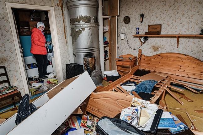 Seija Björklund blickar in i det som var hennes sovrum i över 20 år.
