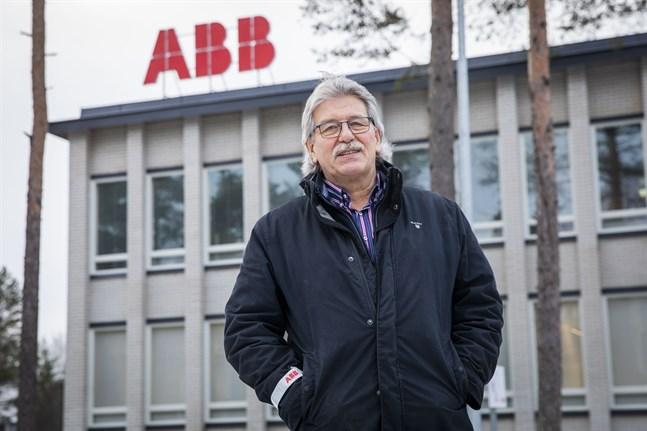 Kvevlaxbon Kenneth Henriksson stortrivs på sitt jobb på ABB i Vasa. Han vill berätta att det inte är hopplöst att få nytt jobb på äldre dagar: trägen vinner, säger han.