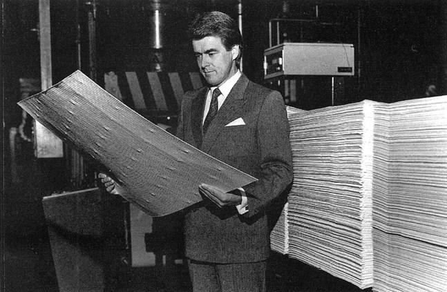 VD Matti Sundberg ägnade försäljningen och marknadsföringen av fabrikens produkter stor tid. Här ses han granska kvaliteten på massaarken innan de knippas till balar för vidaretransport till kunderna.