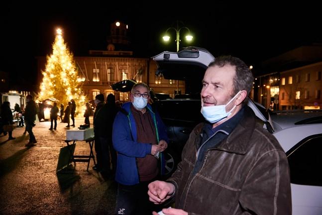 Thomas Snellman på rekoutdelning i Jakobstad där allting en gång startade. Här provsmakar han Hans Kreutzers holländska delikatesser.