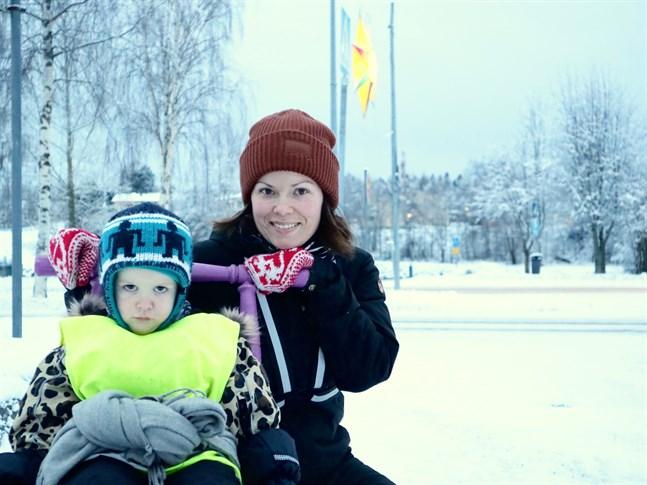 Linda Wiklund är beredd på att vaccinera sig mot covid-19. Hur det blir med dottern Signe Andersson beror på hur rekommendationerna lyder.