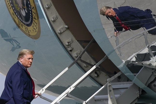 USA:s president Donald Trump stiger ombord flygplanet Air Force One på nyårsaftonen.
