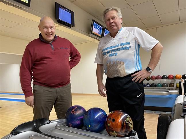 Kloten är viktiga redskap för bowlarna. Olika klot används för olika banor, konstaterar Kim Norrgård och Stefan Ekroos.