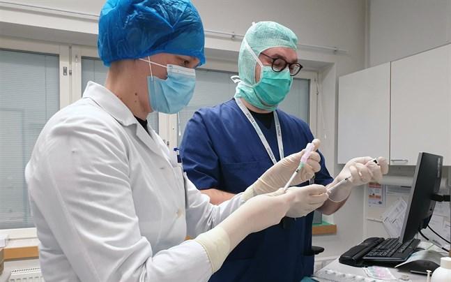 Vårdpersonal vid Satasairaala i Björneborg fick de första vaccinerna när Satakunta sjukvårdsdistrikt började vaccinera mot coronaviruset.