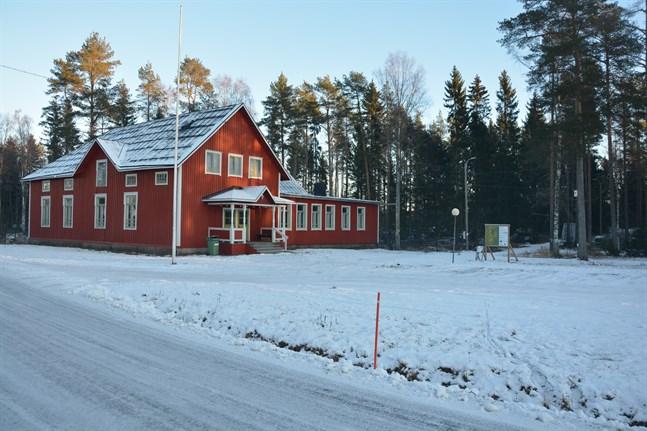 Norrnäs ungdomsförening, som under fjolåret bland annat restaurerade alla fönster i lokalen, får del av coronaunderstöd för föreningshus.