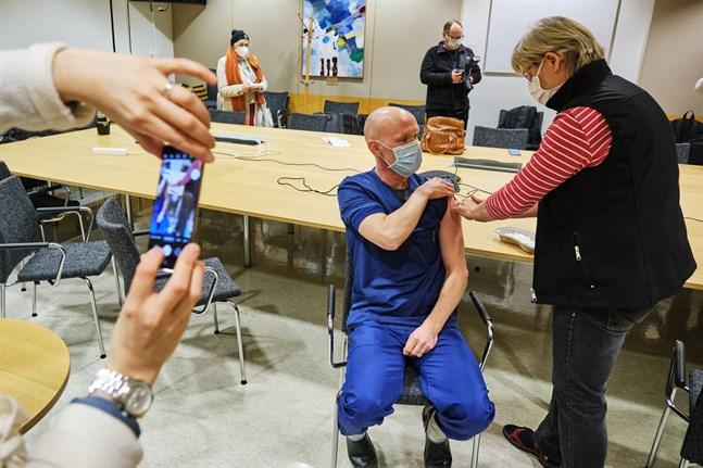 Några dagar in på det nya året inleddes covidvaccineringen i Vasa. Akutläkaren Teemu Pöytäkangas var den första att vaccineras. Bilden har inga kopplingar till biverkningarna.