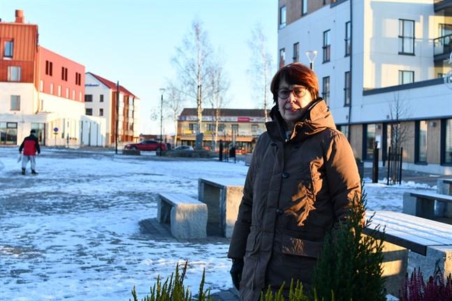 Näsbybon Siv Häggblom tycker att Närpes centrum förändrats till det bättre. Fast högre än så här behöver husen inte bli, säger hon.