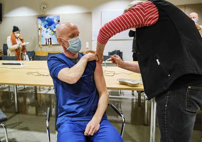 I början av januari i år var vårdanställda som sköter coronadrabbade först ut att få sprutan på våra sjukhus, på bilden Teemu Pöytäkangas. Nu är frågan hur mycket vacciner vi får i fortsättningen.