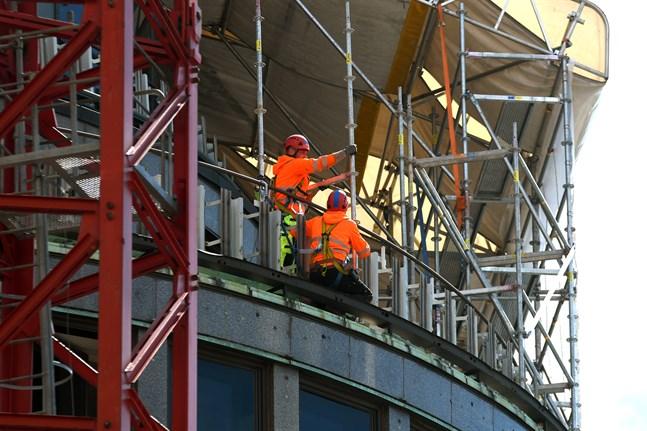 Hittills har det för de utländska arbetstagarna varit möjligt att arbeta samtidigt som de sitter i karantän.