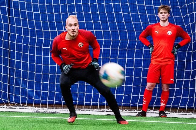 Joas Snellman (i bakgrunden) petar Topi Valtonen, när Jaro spelar mot Ilves 2 på lördag.