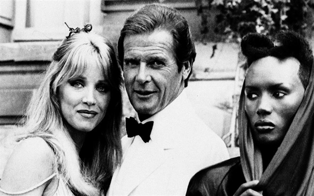 """Tanya Roberts, Roger Moore och Grace Jones vid inspelningen av """"Levande måltavla"""" 1985."""