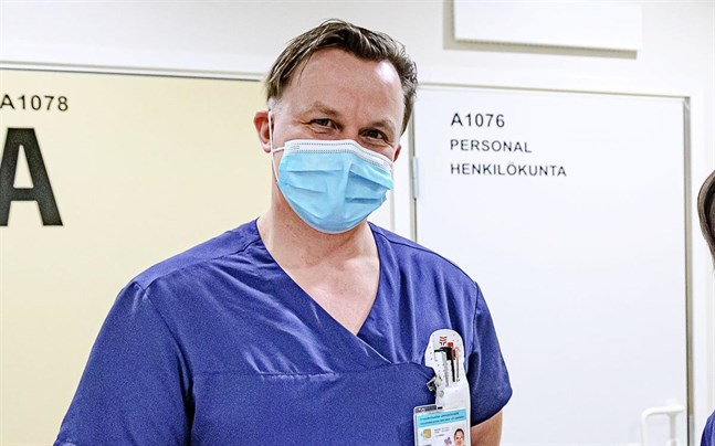 På jouren har coronapandemin förändrat verksamheten radikalt. Kim Yli-Pelkola, biträdande avdelningsskötare, säger att det här främst beror på den resurskrävande testningen.