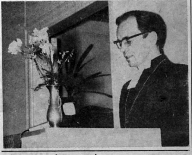 Biskop John Vikström i den blomsterprydda talarstolen.