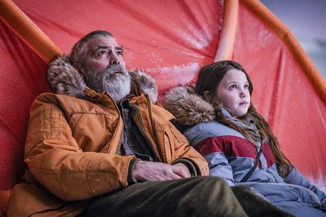 """George Clooney tillsammans med Caoilinn Springall i """"Midnight sky"""". Pressbild."""