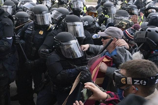 Polis i sammandrabbningar med Trumpanhängare utanför Kapitolium i Washington DC.