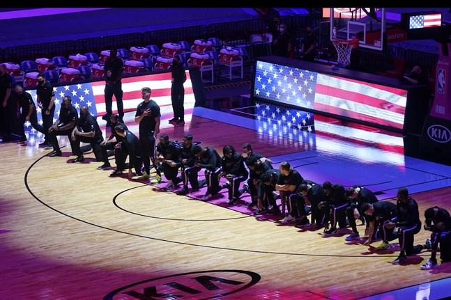 Spelarna i Boston och Miami knäböjde inför NBA-matchen i protest mot orättvisorna i USA.