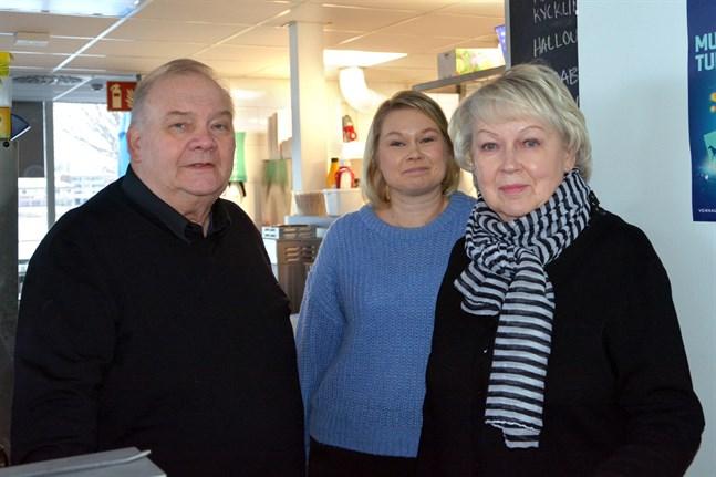 Tapani Rentola, Erika Rentola-Björklund och Helinä Rentola är redo för att igen sköta macken och caféet.