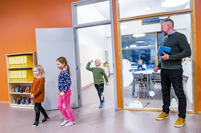 Emmi Vikström, Mea Laitinen, Arne Svenlin och Aron Rintamäki är nöjda med sin nya förskola. Rektor Kari Rönnqvist är glad att hela skolan äntligen är samlad på skolområdet.