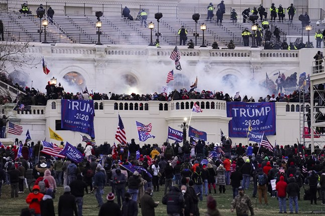 Våldsamma anhängare till USA:s president Donald Trump stormade Kapitolium i Washington DC på onsdagen.