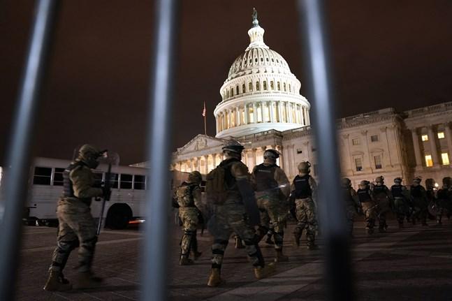 Delar av Washington DC:s nationalgarde på väg mot Kapitolium på onsdagskvällen.