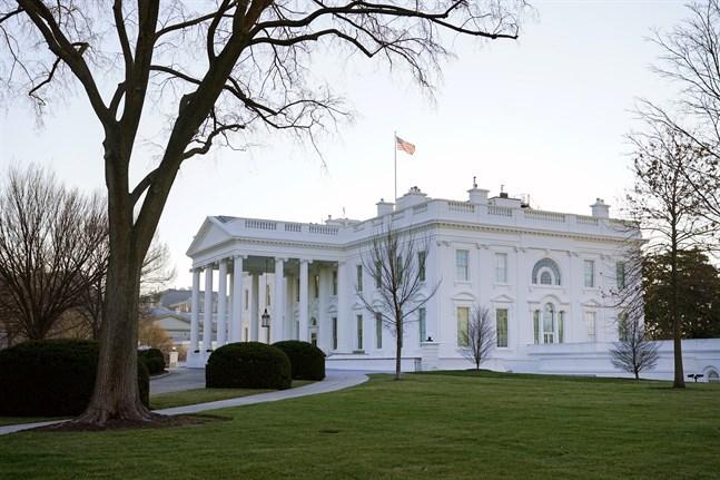 Donald Trump kan inte stanna kvar i Vita huset en dag till, tycker Demokraterna, som vill att regeringen ska avsätta presidenten.